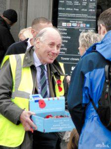 Wolontariusz sprzedający maki / Volunteer selling a poppy brooch