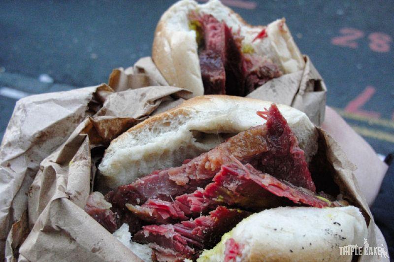 Bajgel z gorącą wołowiną / Hot salt beef beigel