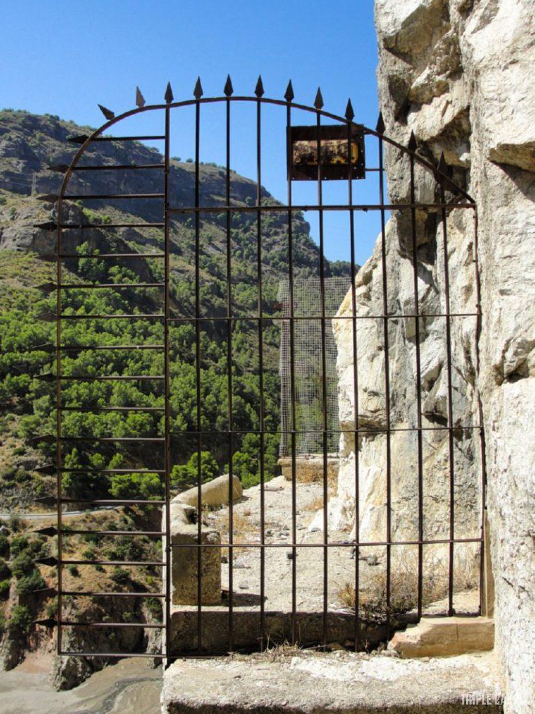 Brama strzegąca wejścia na królewską drogę